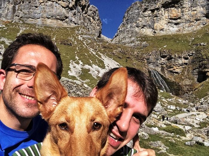 David, Nika y yo, junto a la Cascada de la Cola de Caballo tras finalizar la ruta.